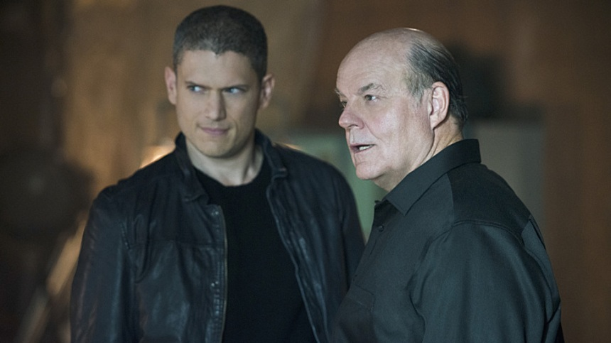 "The Flash -- ""Family of Rogues"" -- Image FLA203b_0083b.jpg -- Pictured (L-R): Wentworth Miller as Leonard Snart and Mark Hamill as James Jesse -- Photo: Diyah Pera/The CW -- © 2015 The CW Network, LLC. All rights reserved."