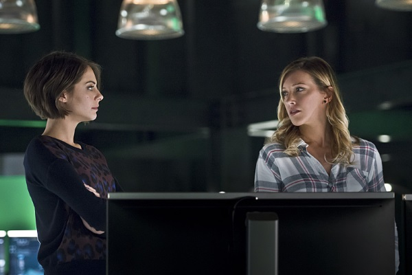 """Arrow -- """"Eleven-Fifty-Nine"""" -- Image AR418b_0052b.jpg -- Pictured (L-R): Willa Holland as Thea Queen and Katie Cassidy as Laurel Lance -- Photo: Diyah Pera/The CW -- © 2016 The CW Network, LLC. All Rights Reserved."""