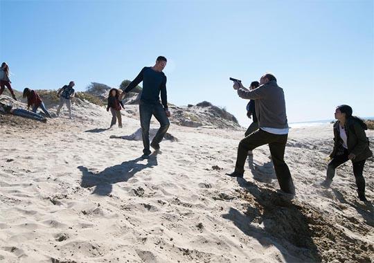 Fear the Walking Dead 2x03 - Ouroboros - playa de los muertos vivientes