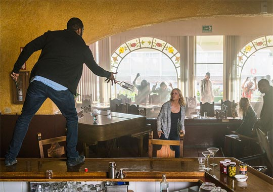 Fear the Walking Dead 2x09 - Los Muertos - Kim Dickens, Colman Domingo (Madison Clark, Victor Strand)