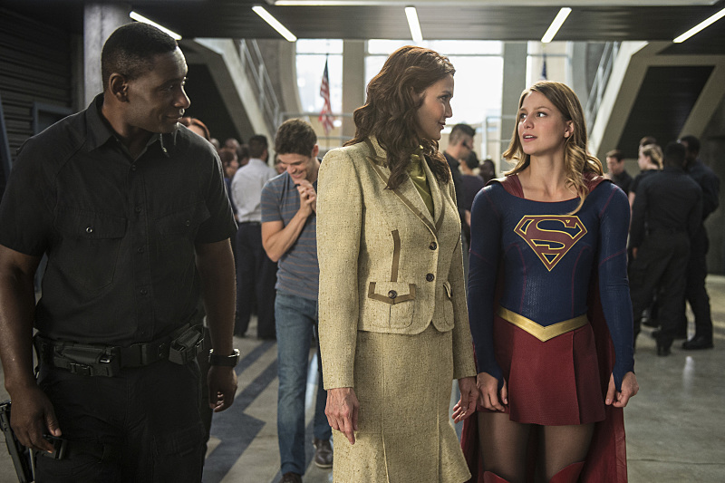 """Supergirl -- """"Welcome to Earth"""" -- Image SPG203c_0301 -- Pictured (L-R): David Harewood as Hank Henshaw, Lynda Carter as President Olivia Marsdin, Melissa Benoist as Kara/Supergirl,  -- Photo: Diyah Pera/The CW -- © 2016 The CW Network, LLC. All Rights Reserved"""