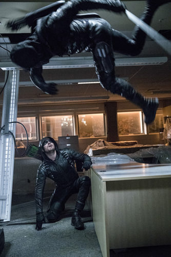 """Arrow -- """"What We Leave Behind"""" -- Image AR509b_0318b.jpg -- Pictured (L-R): Stephen Amell as Oliver Queen/The Green Arrow and Prometheus -- Photo: Jack Rowand/The CW -- © 2016 The CW Network, LLC. All Rights Reserved."""